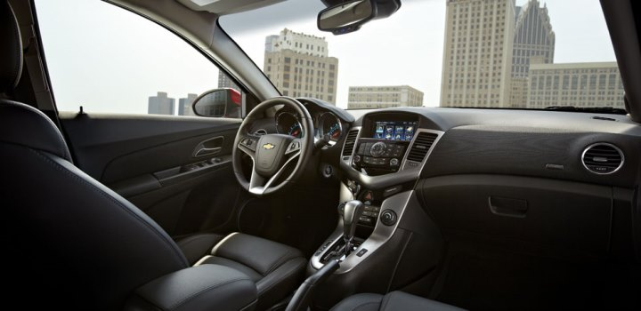 2013-cruze-model-overview-interior-cnt-1-980x476-01