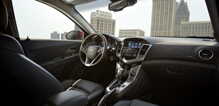 2013-cruze-model-overview-interior-cnt-1-980x476-01