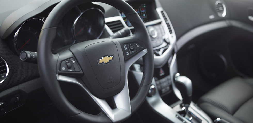2013-cruze-model-overview-interior-cnt-well-1-980x476-01