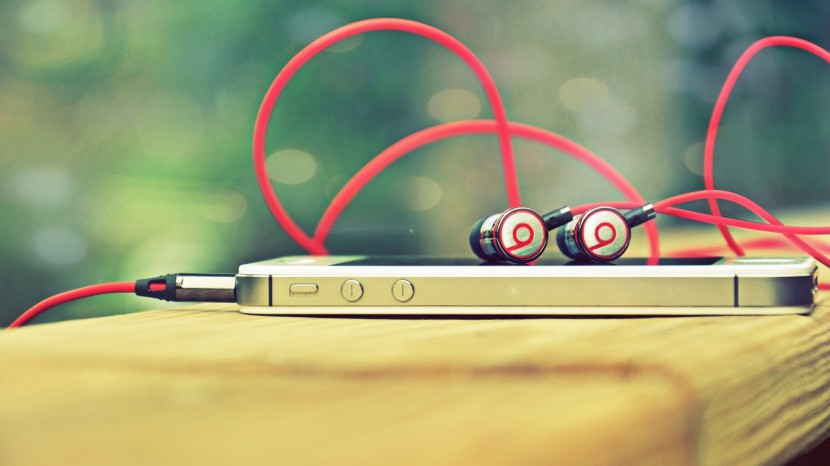 iphone-4s-beats-headphones-830x466